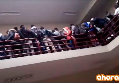 Video muestra cómo varios estudiantes caen al vacío